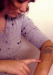 mulher-faz-tatoagem-e-engana-mae-dizendo-que-e-celular